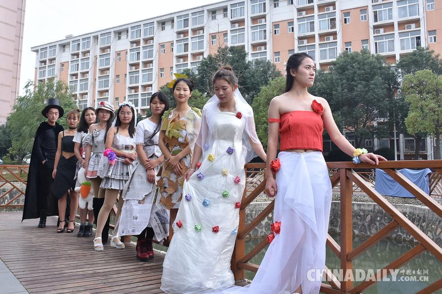 梧桐叶裙子塑料布礼服 大学生环保时装秀创意满满图片