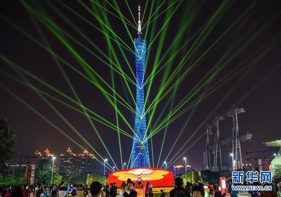 临近春节,位于广州市的广州塔上演炫彩灯光秀