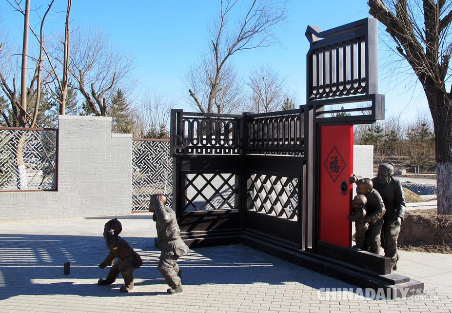 """二十四节气景区内的""""童子点炮仗""""雕塑充满童趣."""