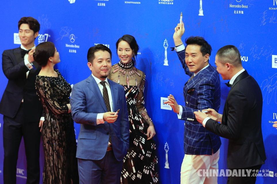 演员吴刚(右二)签到2017年4月16日,第七届北京国际电影节在北京怀柔图片