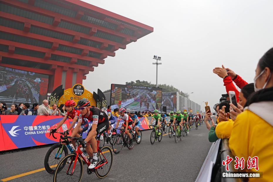 上海民众感受世界顶级自行车赛事的速度与激情