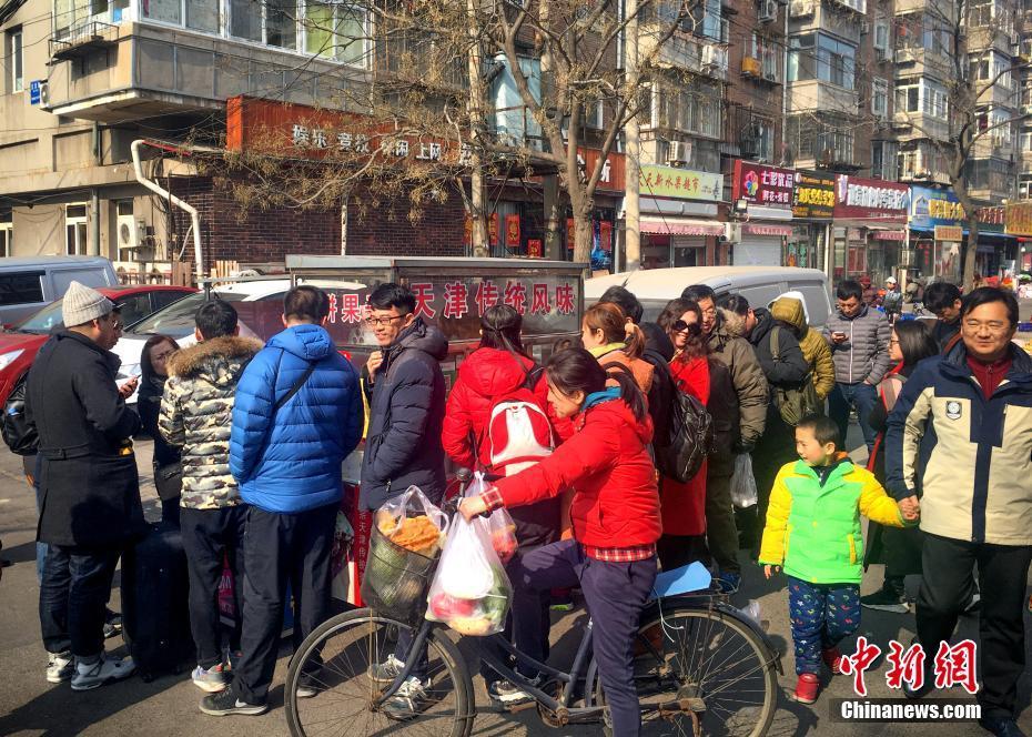 《舌尖3》煎饼馃子走红 天津民众排队品尝
