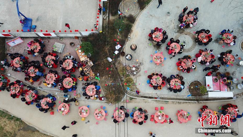 广西柳州市鹿寨县寨沙镇举行百家开年宴 千人共享客家特色菜