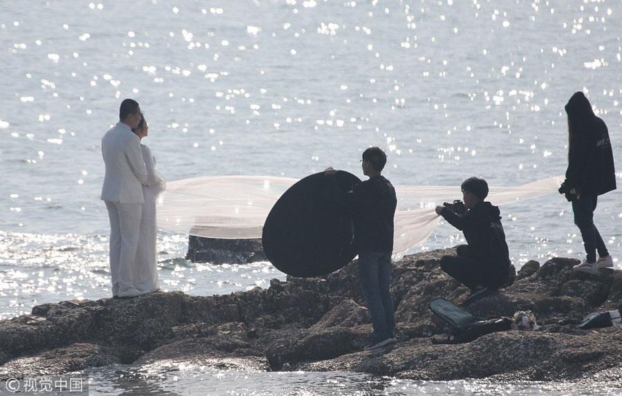 2018年5月4日,新人在青岛海滨拍摄婚纱照.