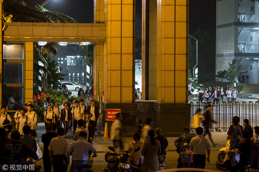 2018年5月18日晚10点半左右,江苏南通海安市某中学,家长在校门外迎接