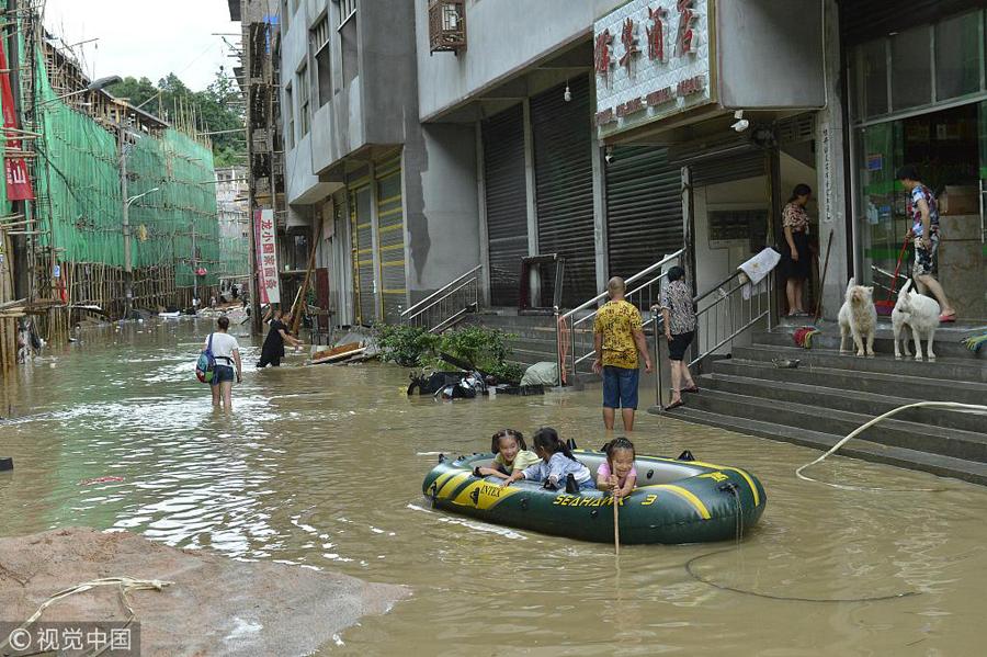 强降雨致贵州凯里下司古镇被淹