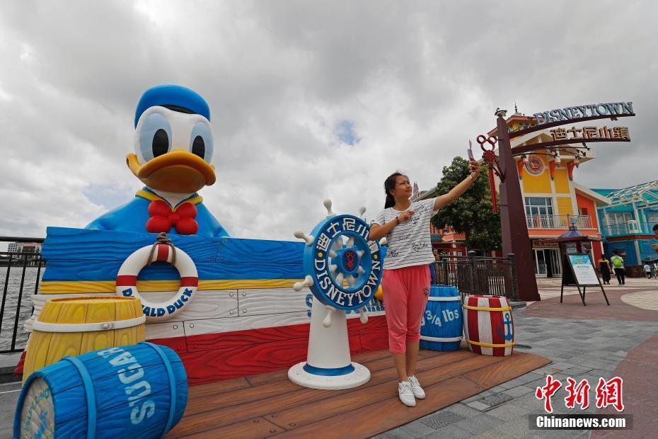 """11米高巨型唐老鸭""""游""""进上海迪士尼度假区星愿湖"""